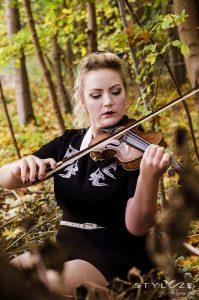 Joephine med violin fotograferet af Heidi Sinnet